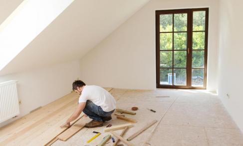 posa in opera professionale di pavimento effetto legno
